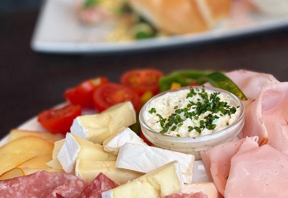 Wurst und Käse für ein herzhaftes Frühstück