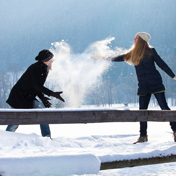 Einfach die Seele baumeln lassen - bei einem romantischen Spaziergang in verschneiter, glitzernder Winterlandschaft.